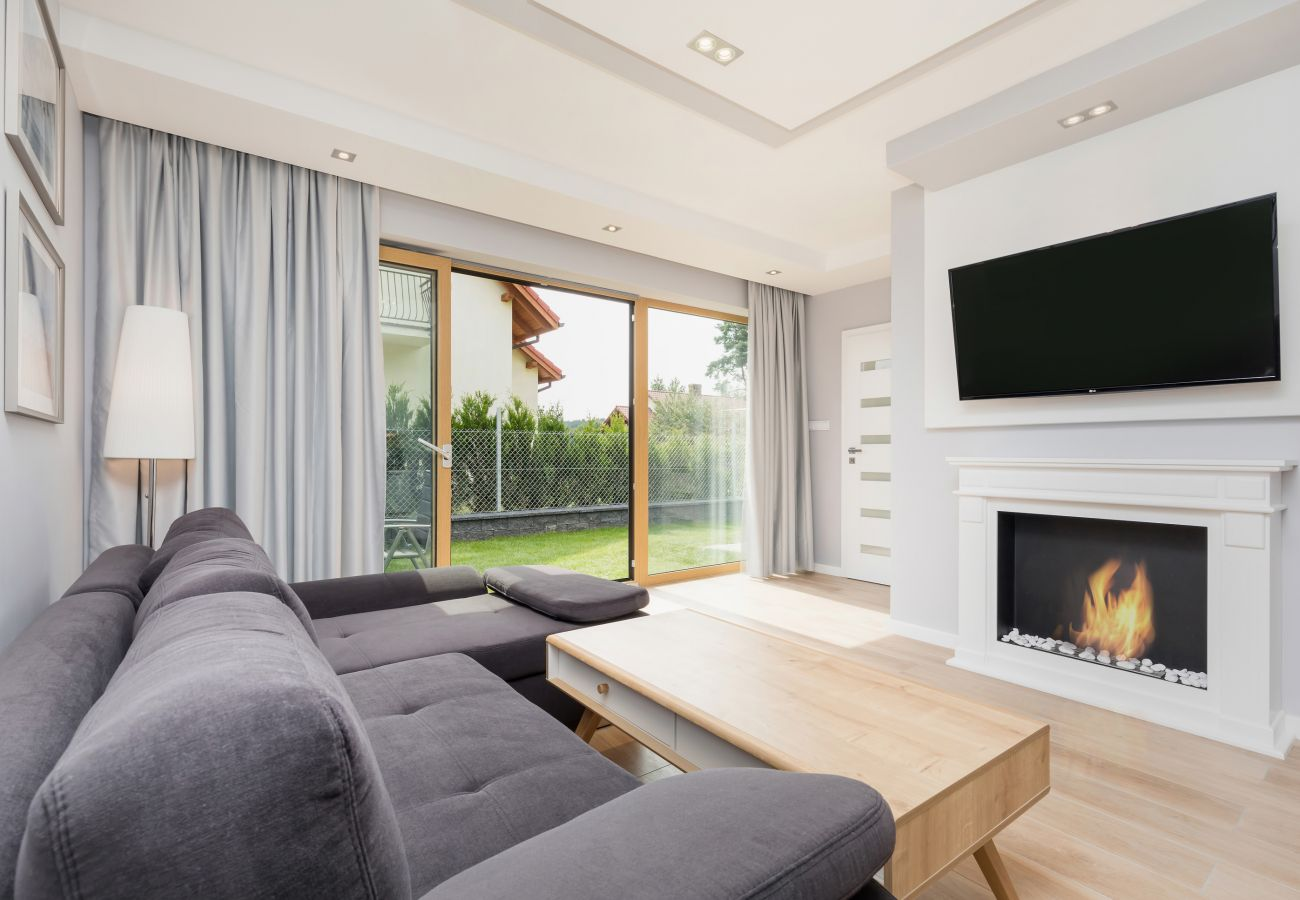 Wohnzimmer, Fernseher, Kamin, Sofa, Kaffeetisch, Außenansicht, Lampe, Miete