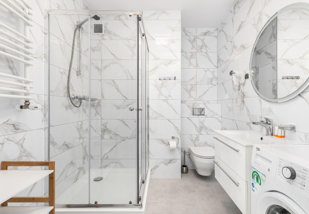 apartament, wynajem, nocleg, łazienka, WC, wanna, prysznic, ręczniki
