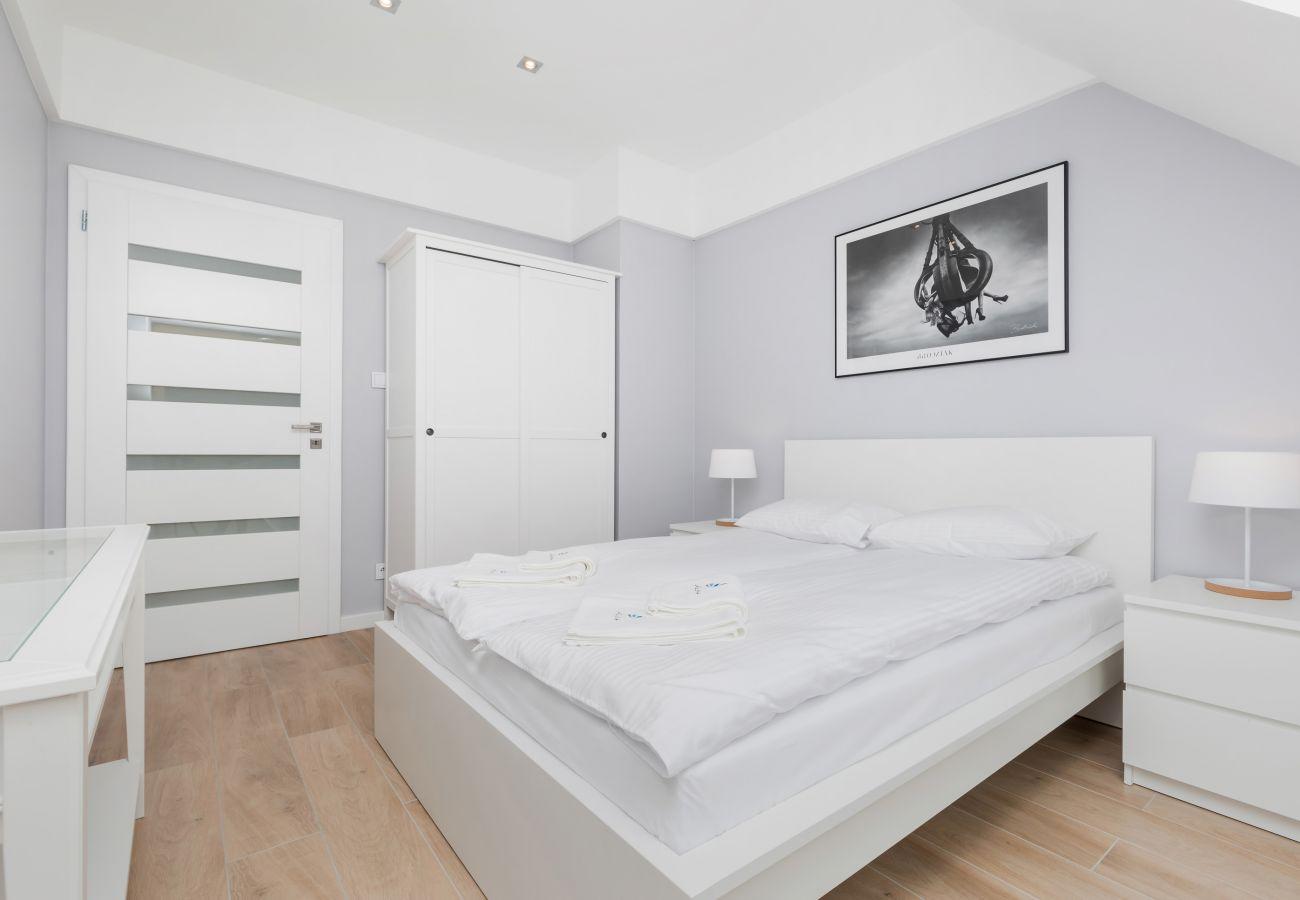 pokój, łóżko, pościel, obraz, szafa, lampka nocna, wynajem