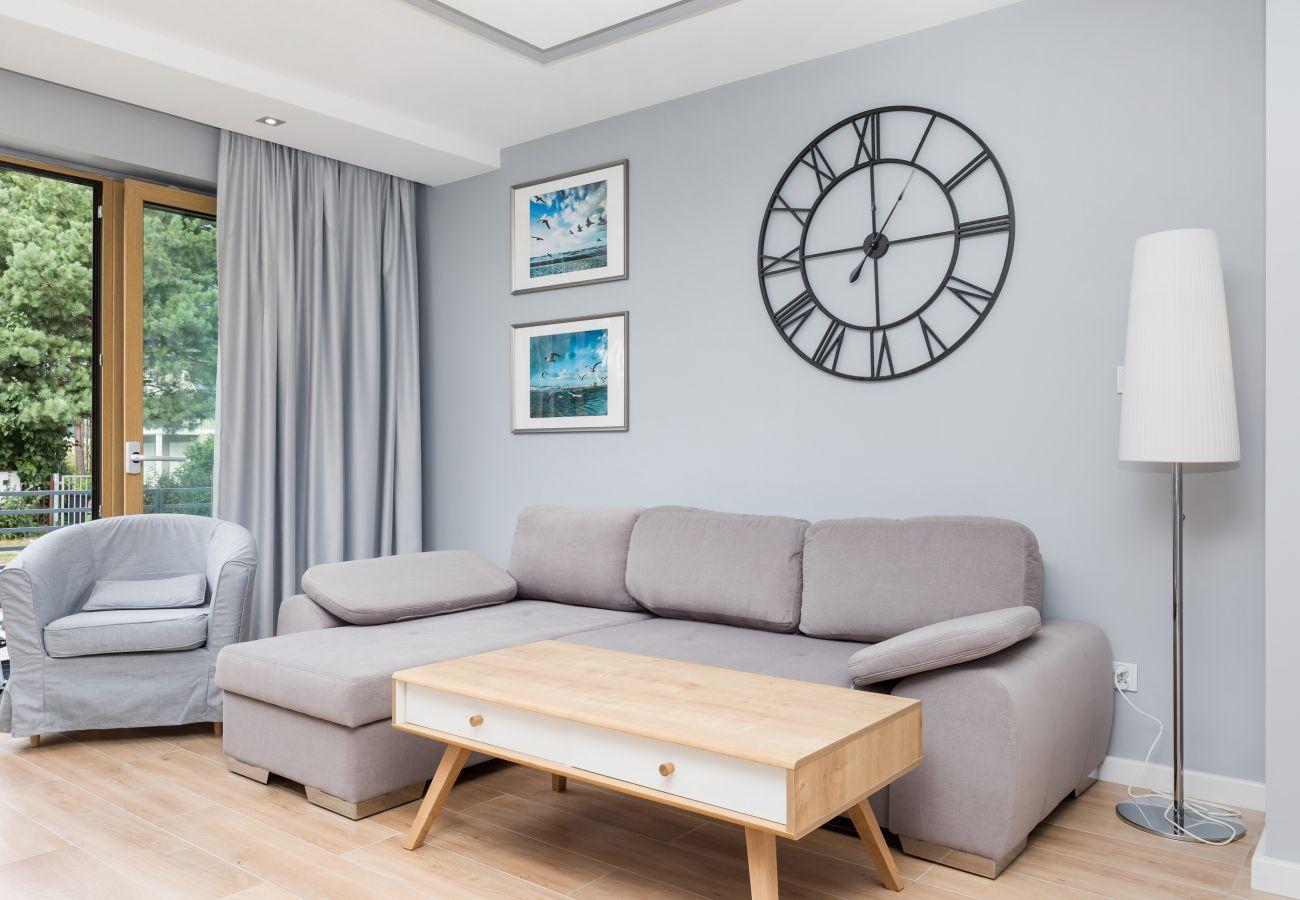 salon, lampa, sofa, stolik kawowy, zegar, fotel