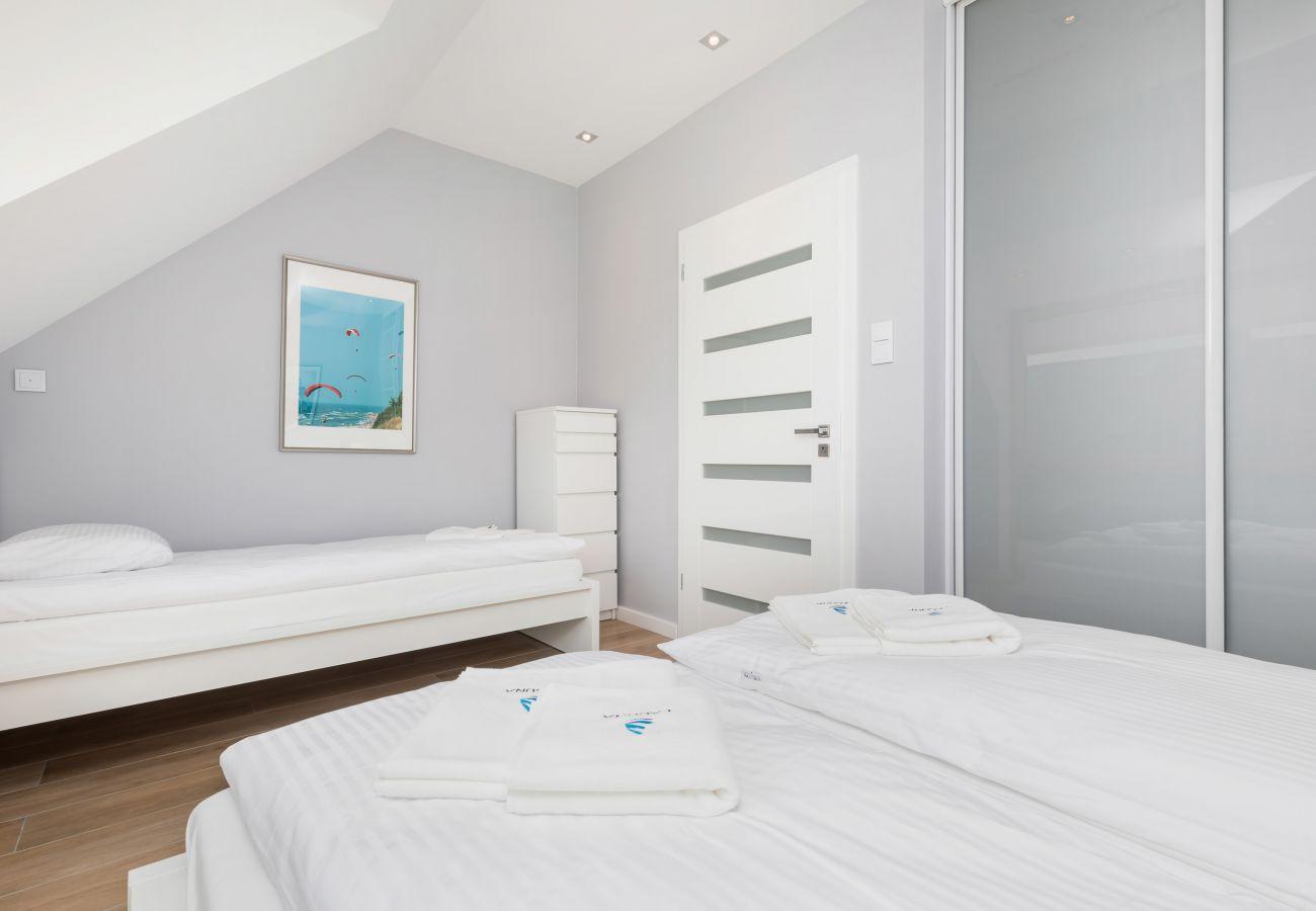 sypialnia, podwójne łóżko, szafa, pościel, poduszki, wynajem