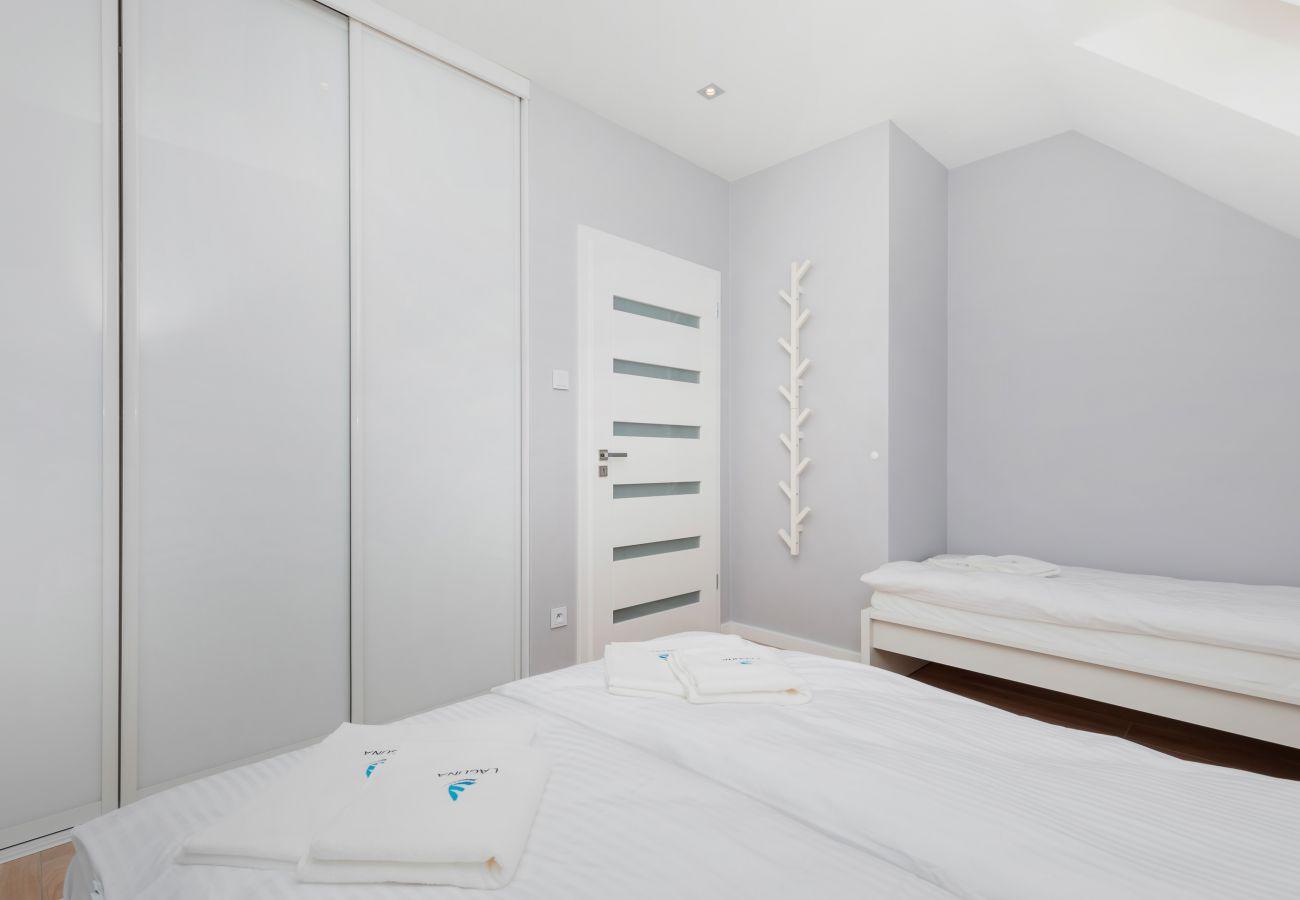 sypialnia, podwójne łóżko, łóżko pojedyncze, szafa, pościel, poduszki, wynajem