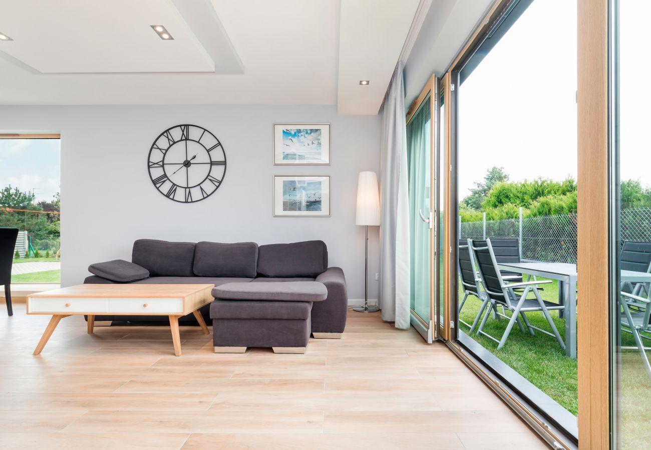 Wohnzimmer, Uhr, Couchtisch, Sofa, Fenster, Außenansicht, wynajem