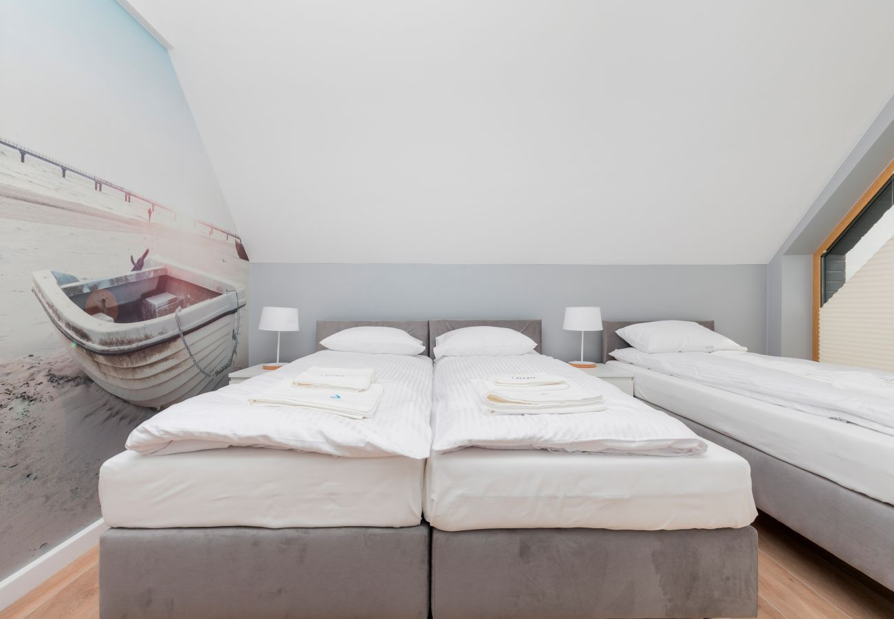 sypialnia, łóżka pojedyncze, szafka nocna, lampka nocna, wynajem