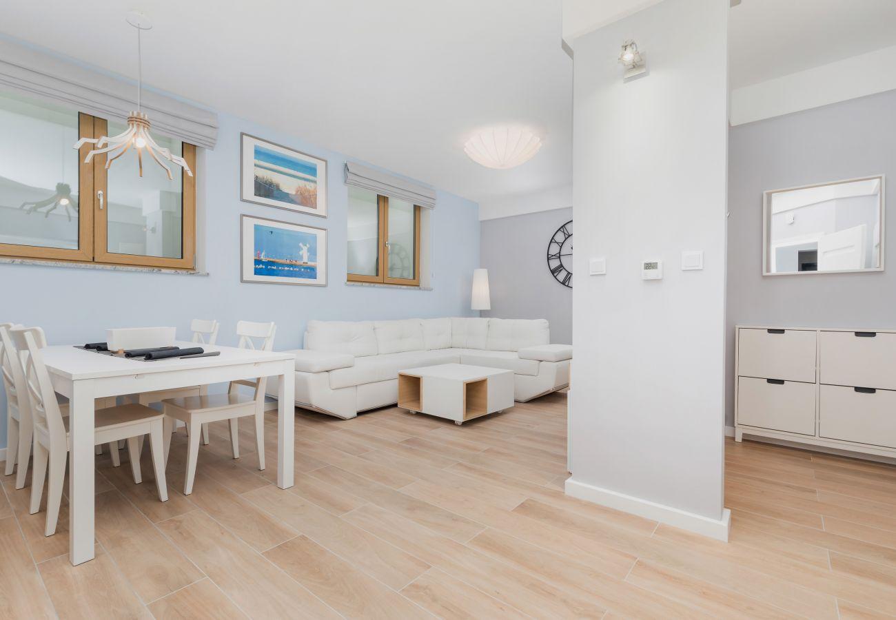 pokój dzienny, kanapa, stolik kawowy, zegar, jadalnia, stół jadalny, krzesła, wynajem