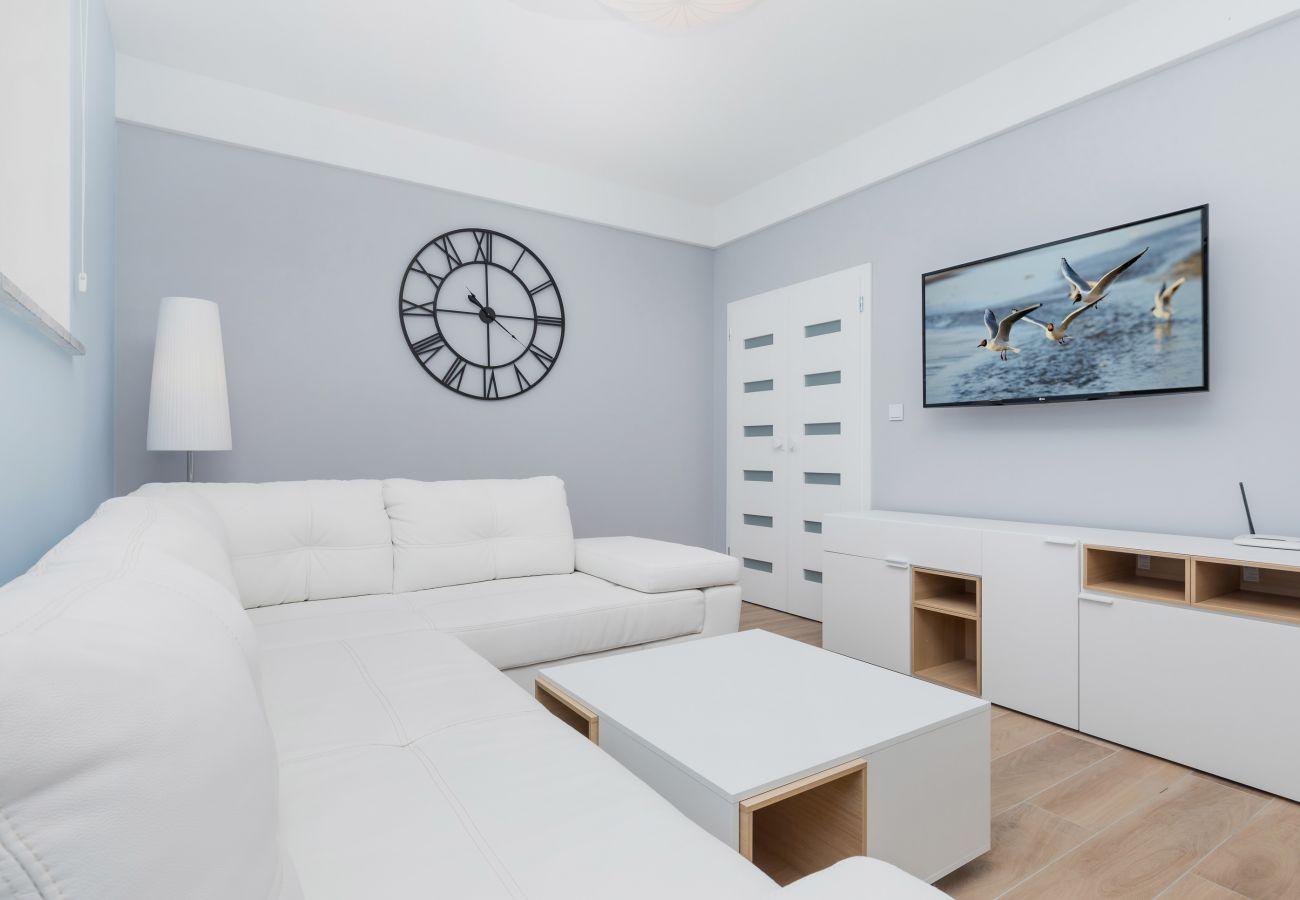 pokój dzienny, telewizor, zegar, sofa, stolik kawowy, router, drzwi, wynajem
