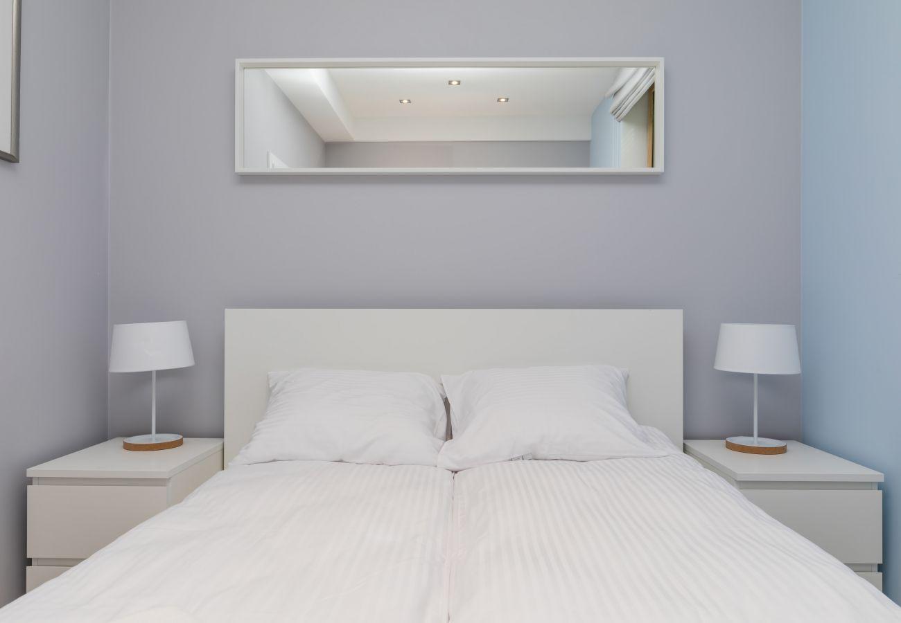 sypialnia, podwójne łóżko, lustro, poduszki, koc, szafka nocna, lampka nocna, wynajem