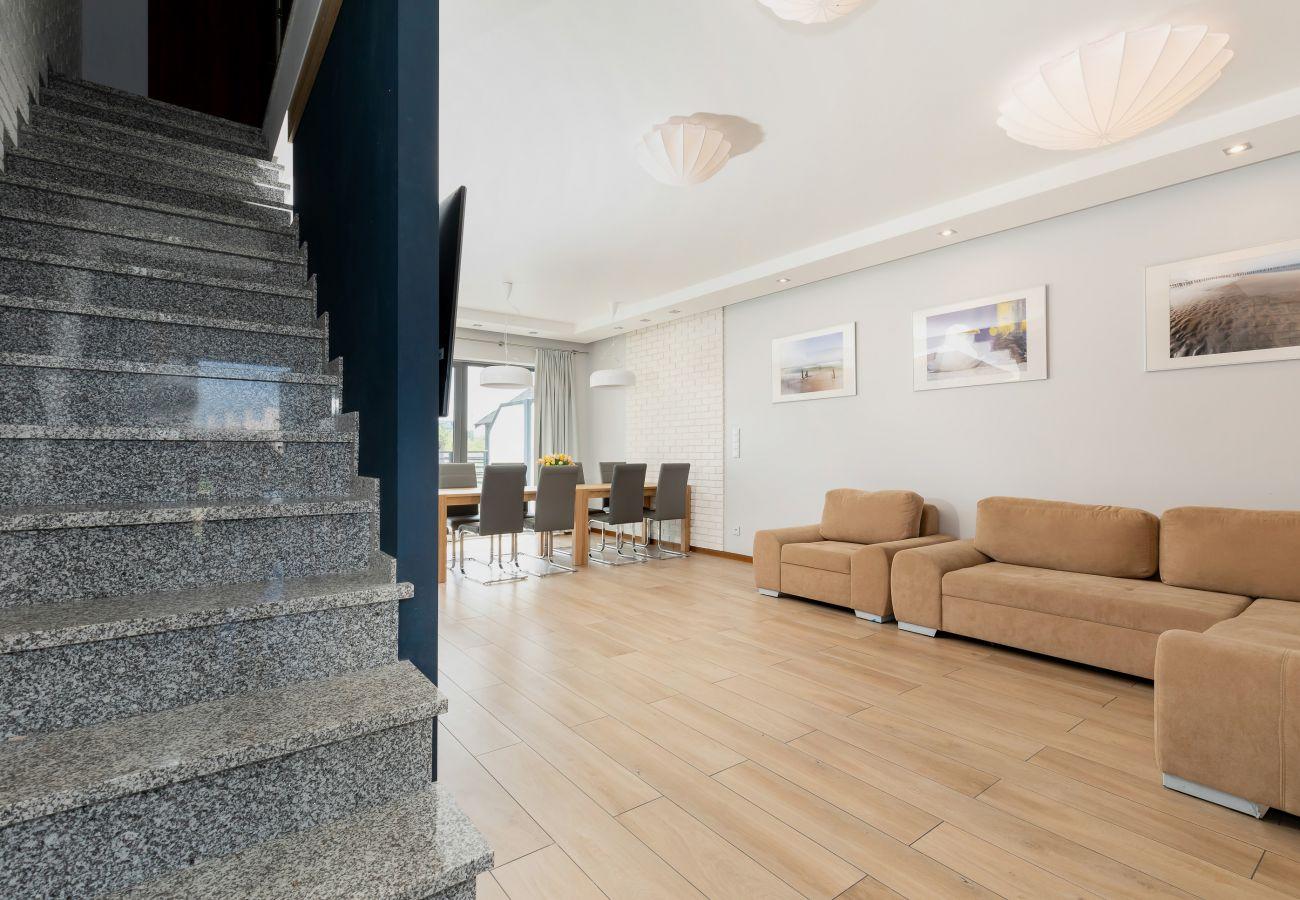 salon, jadalnia, schody, telewizor, sofa, stół, krzesła, wynajem