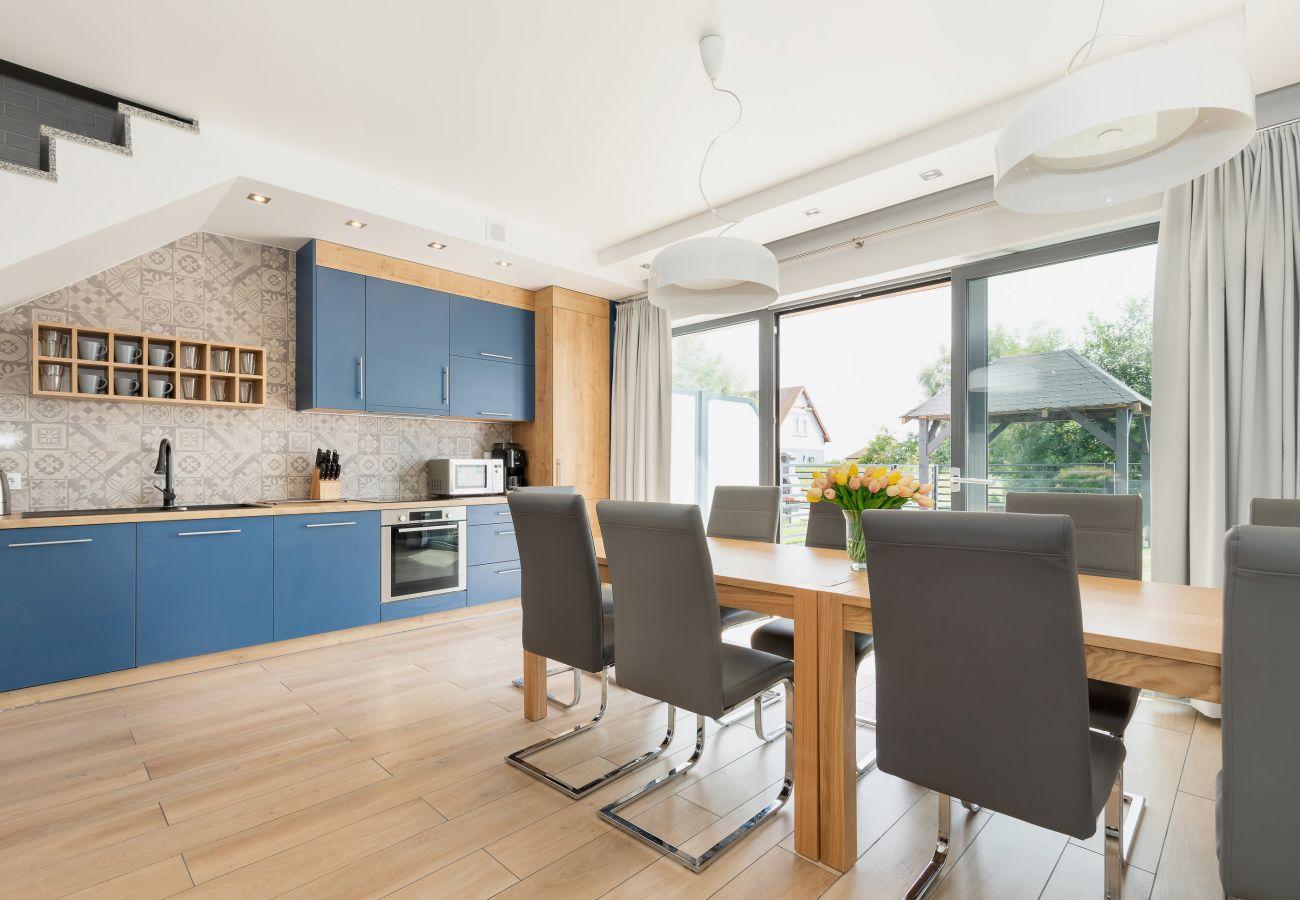 salon, kuchnia, aneks kuchenny, jadalnia, stół, krzesła, kuchenka, piekarnik, kuchenka mikrofalowa, ekspres do kawy, wynajem