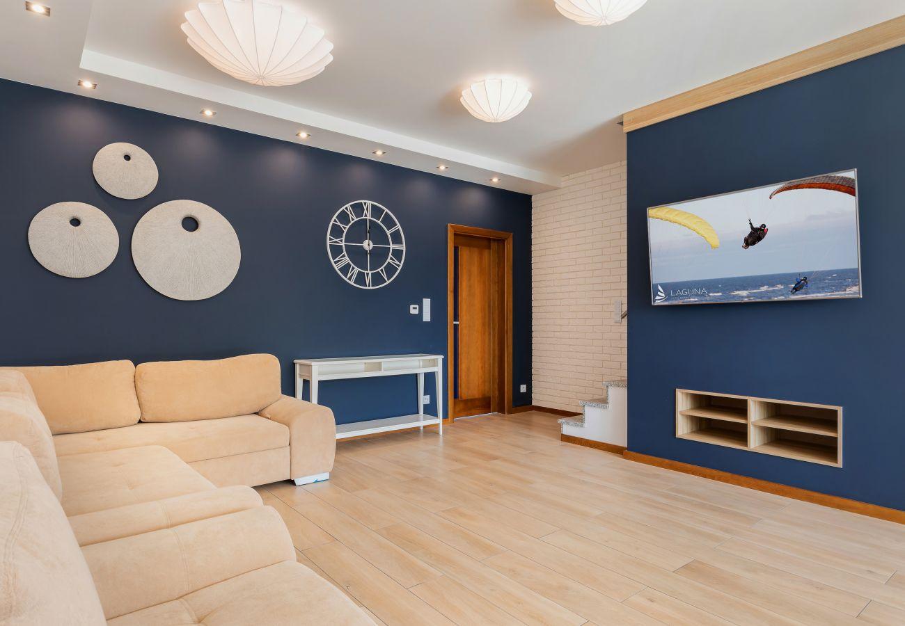 salon, sofa, telewizor, klatka schodowa, zegar, wynajem