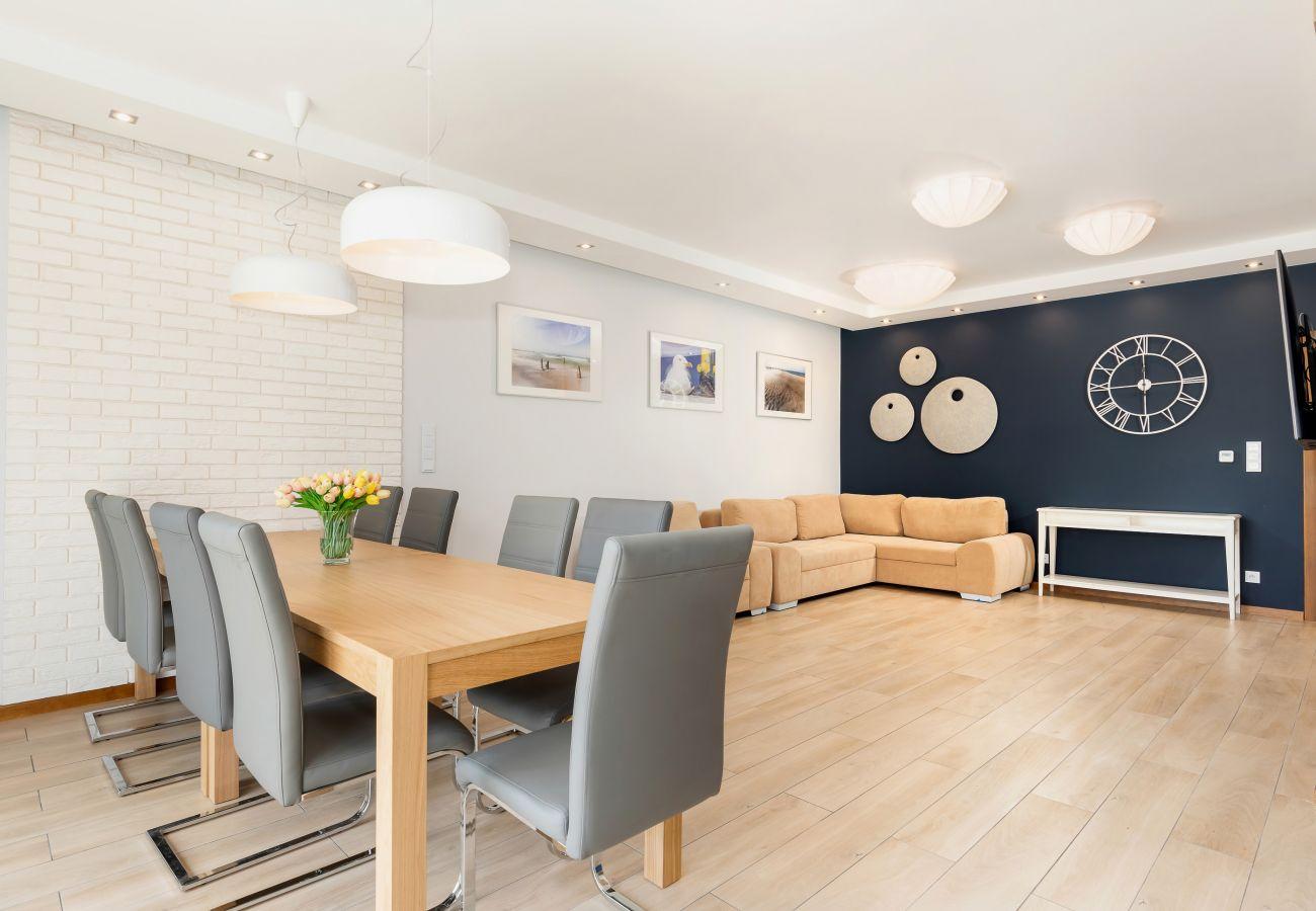 salon, jadalnia, sofa, telewizor, stół, krzesła, zegar, wynajem