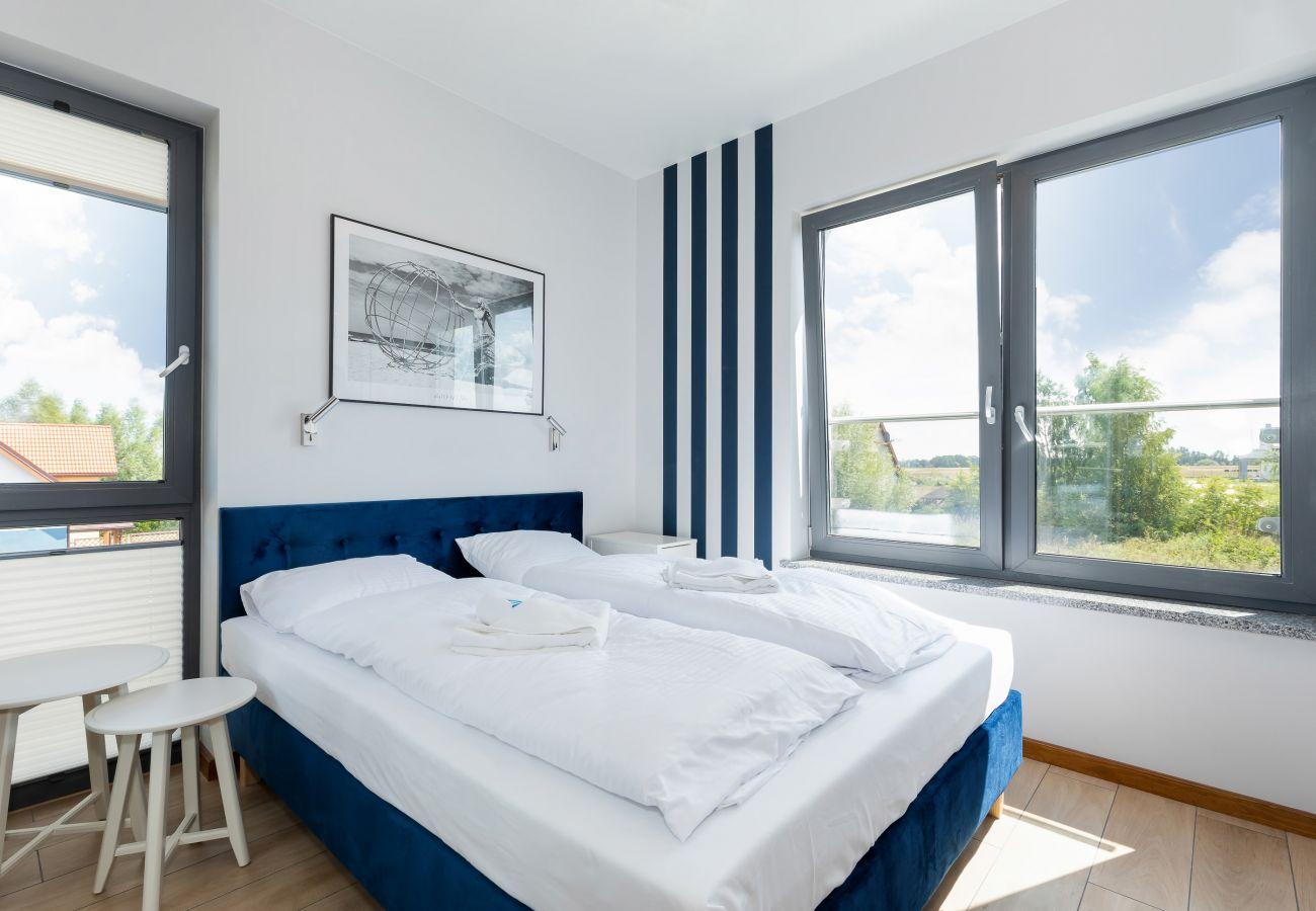 sypialnia, podwójne łóżko, szafa, lustro, szafka nocna, lampka nocna, pościel, poduszki, wynajem