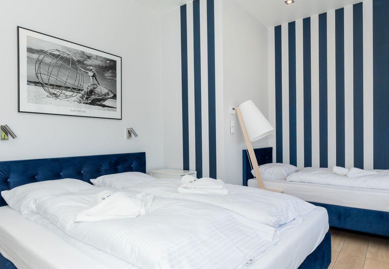 sypialnia, łóżko podwójne, łóżko pojedyncze, pościel, poduszki, szafka nocna, lampka nocna, szafa, lustro, wynajem