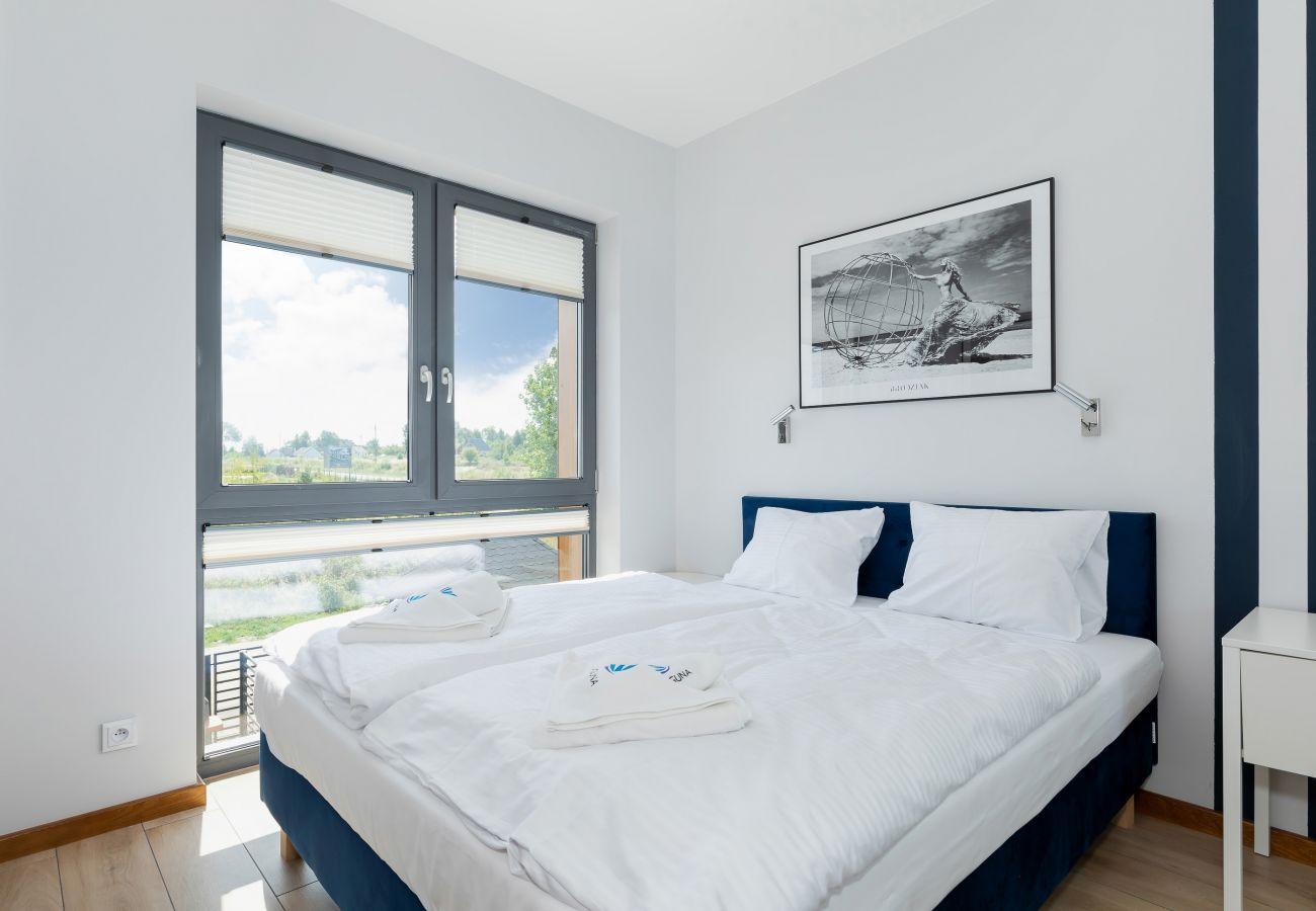 sypialnia, podwójne łóżko, szafa, lustro, szafka nocna, lampka nocna, pościel, poduszki, ręcznik, wynajem