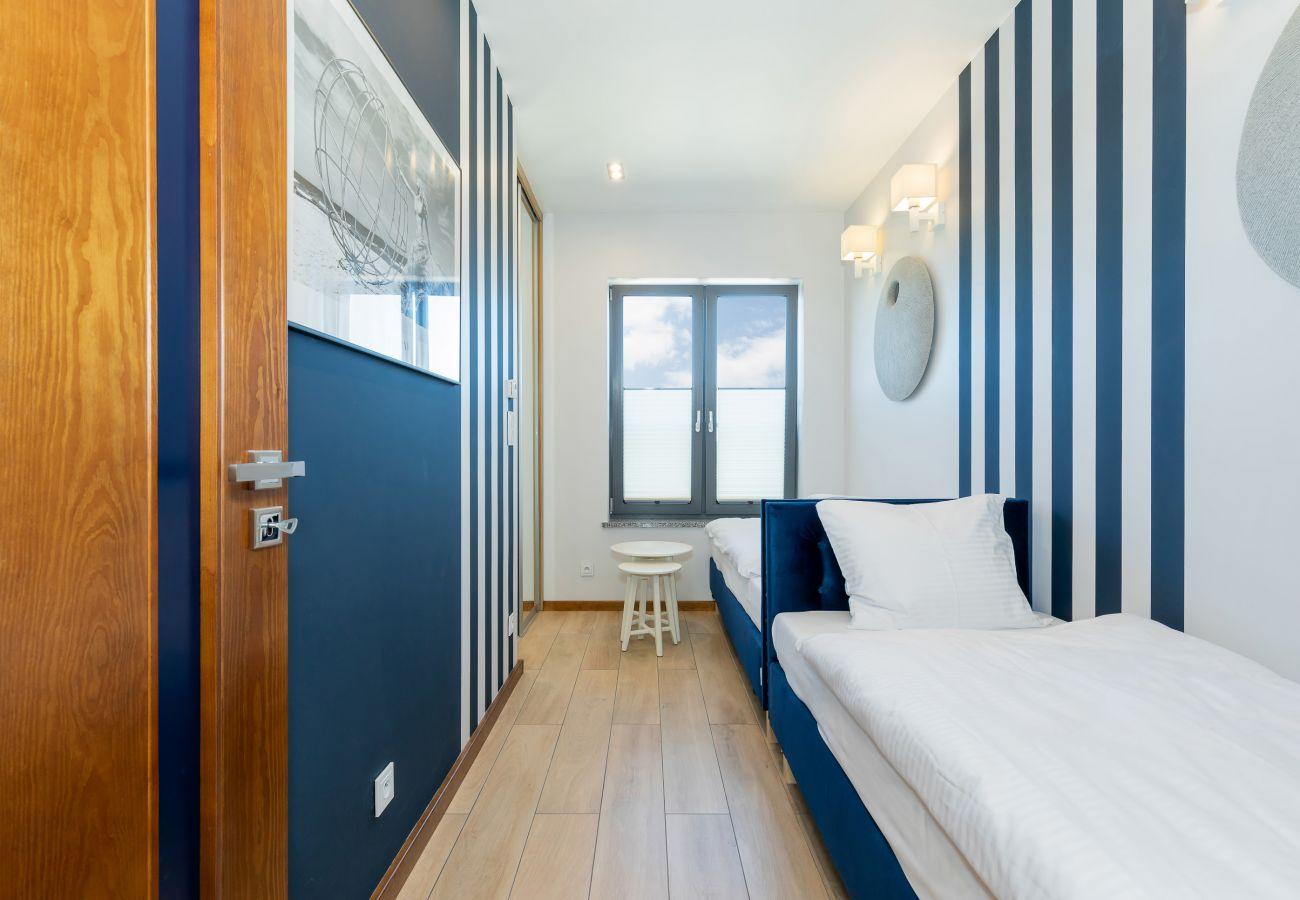 sypialnia, łóżka pojedyncze, szafka nocna, szafa, lustro, pościel, poduszki, wynajem