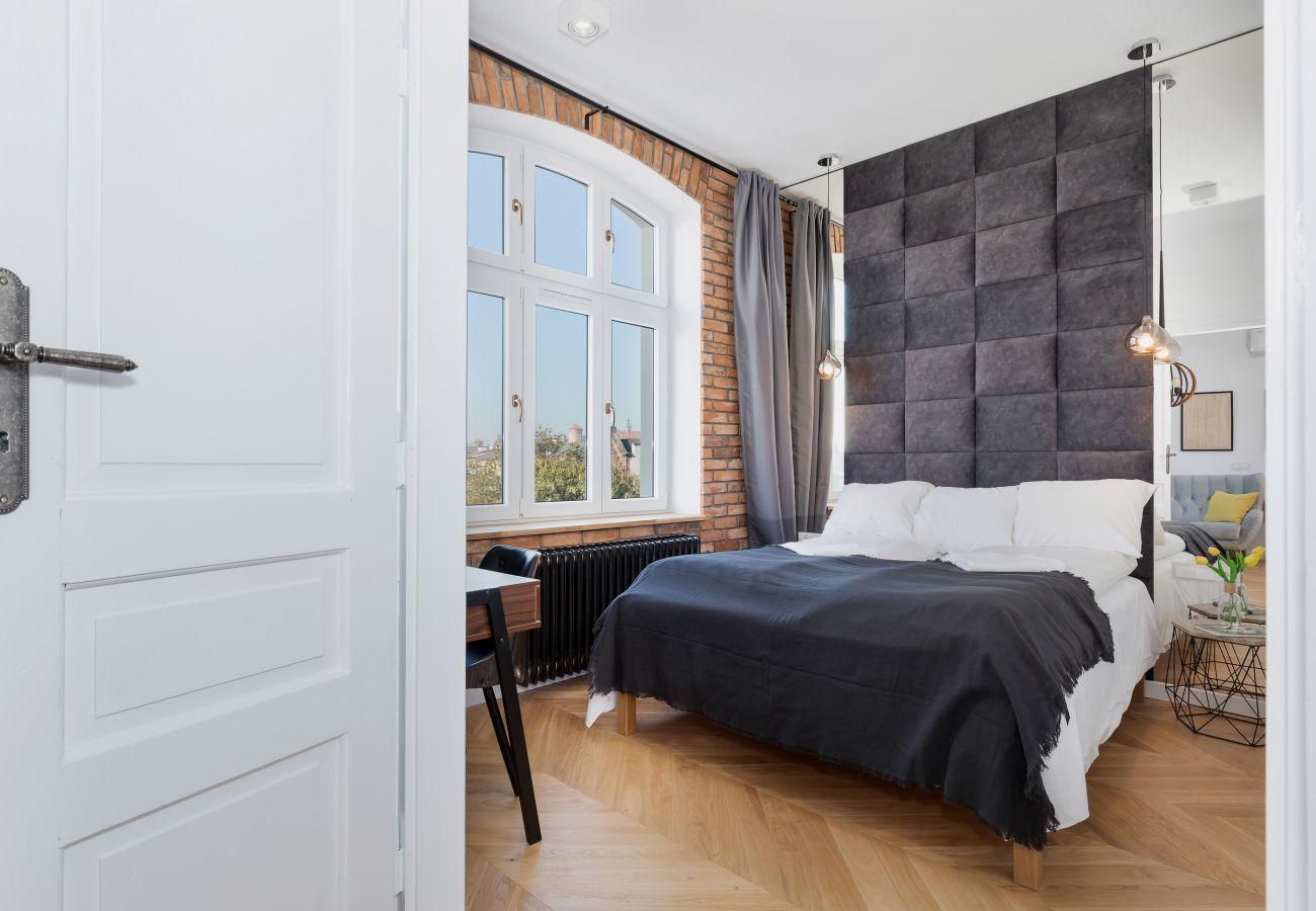 sypialnia, podwójne łóżko, szafa, biurko, lustro, krzesło, lustro, pościel, poduszki, szafka nocna, lampka nocna, gniazdko, wynajem