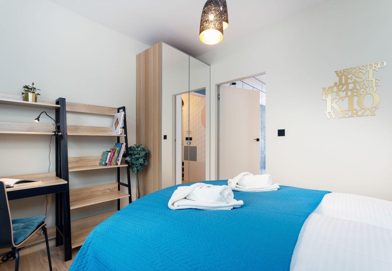sypialnia, podwójne łóżko, biurko, krzesło, szafa, lustro, pościel, poduszki, mieszkanie, wnętrze, wynajem