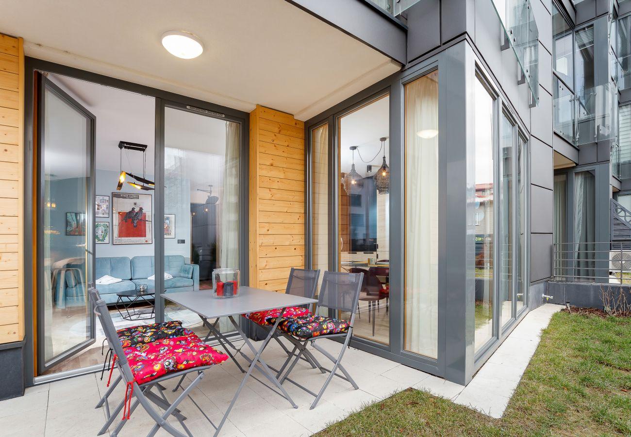 balkon, widok na zewnątrz, mieszkanie, na zewnątrz mieszkania, wynajem, krzesła, stół, meble ogrodowe