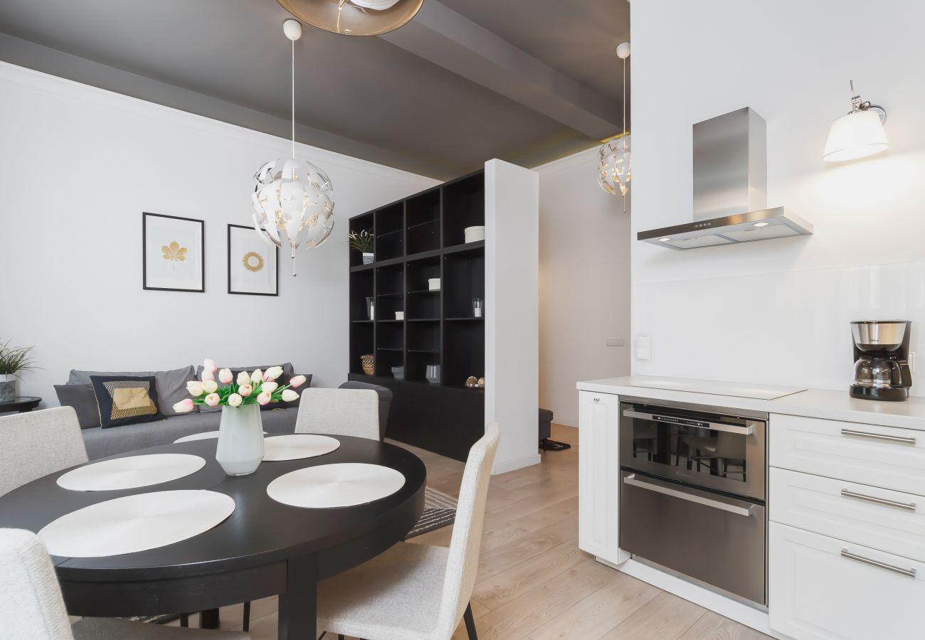 apartament, wynajem, kuchnia, stół, krzesła, piekarnik