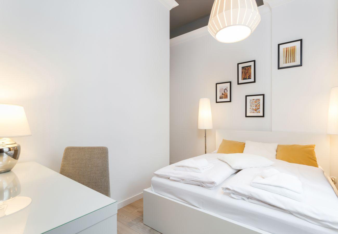 apartament, sypialnia, wynajem, łóżko, pościel, biurko