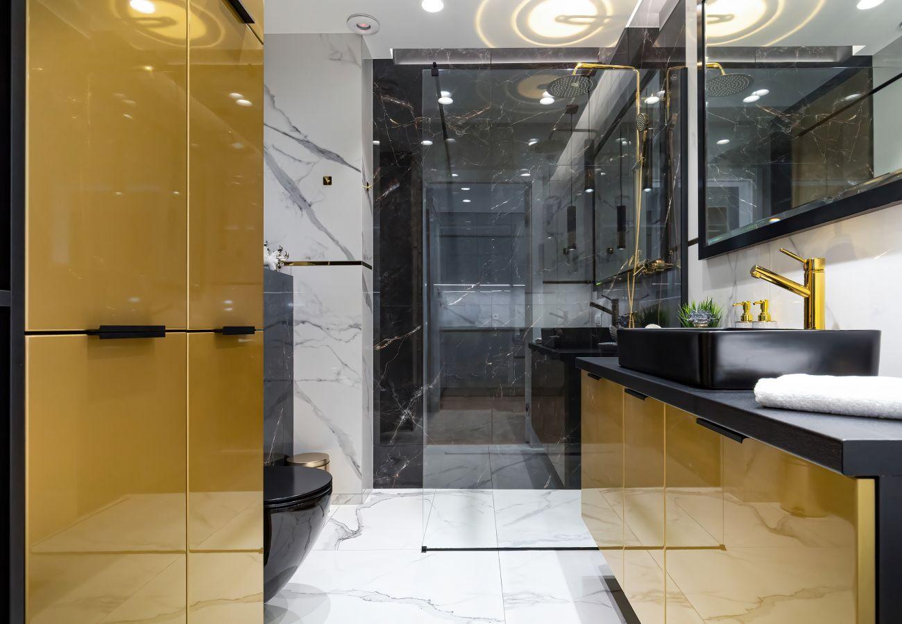 łazienka, prysznic, umywalka, toaleta, lustro, pralka, ręczniki, mieszkanie, wnętrze, wynajem