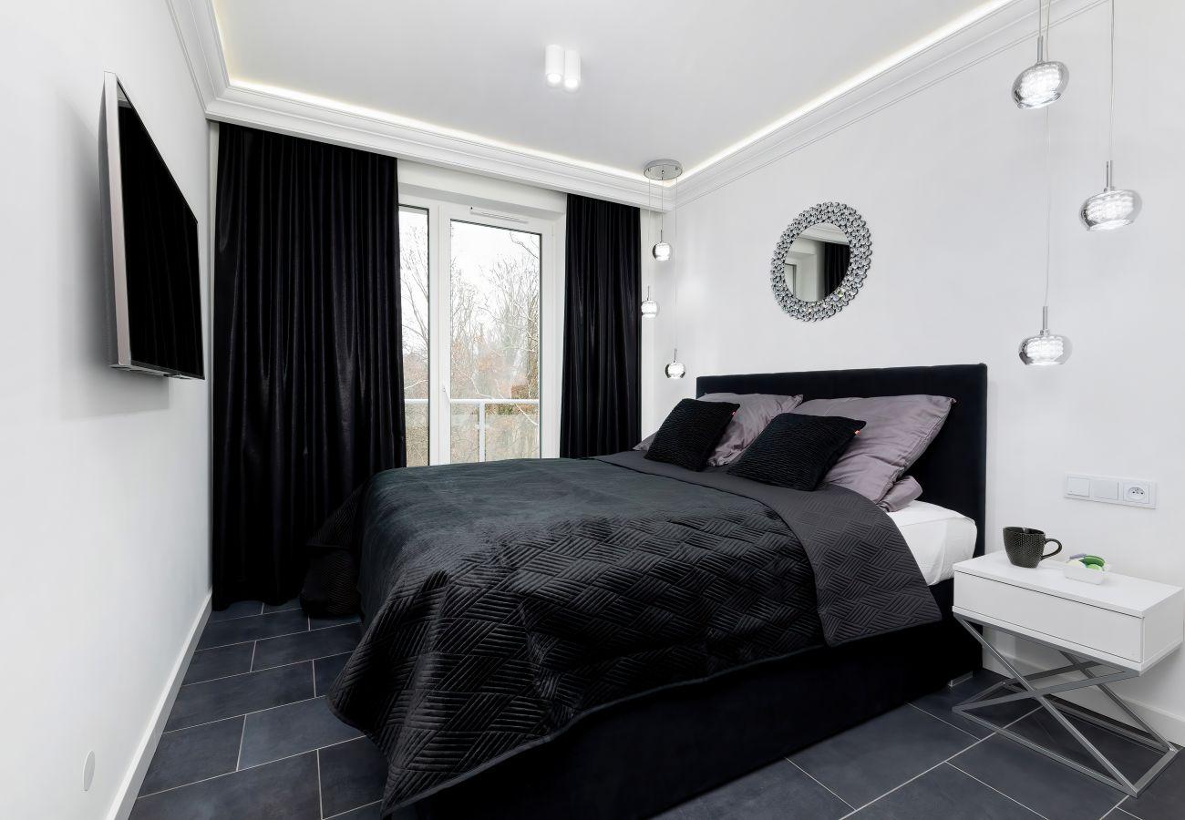 apartament, wynajem, wnętrze, łóżko podwójne, pościel, szafa, telewizor