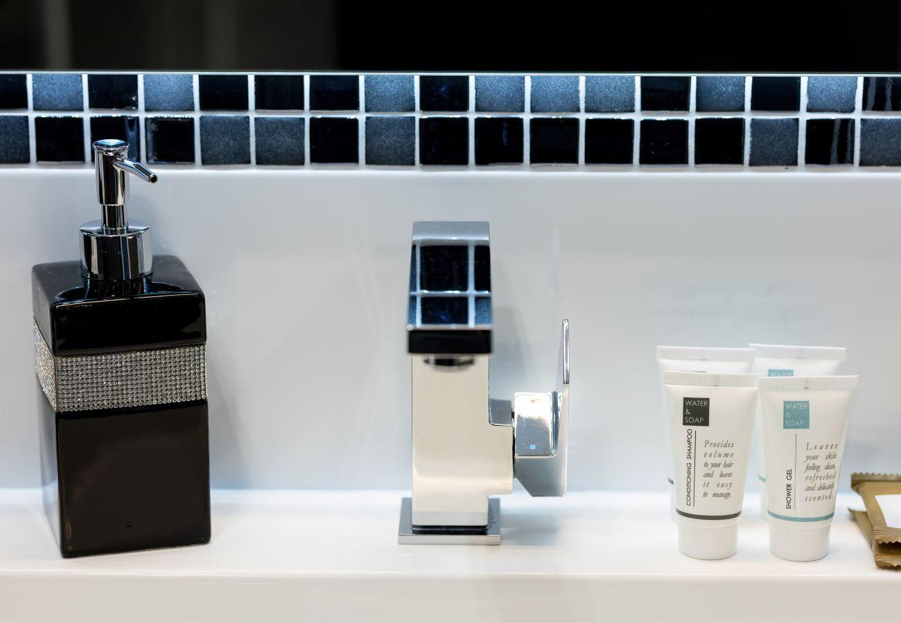 łazienka, prysznic, umywalka, toaleta, lustro, apartament, wnętrze, wynajem